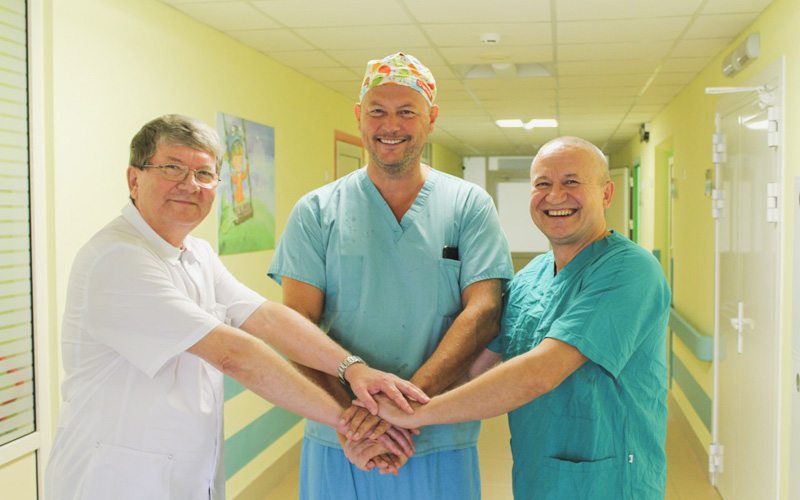 В ДРКБ провели более 20 сложных операций при участии профессора из Словакии