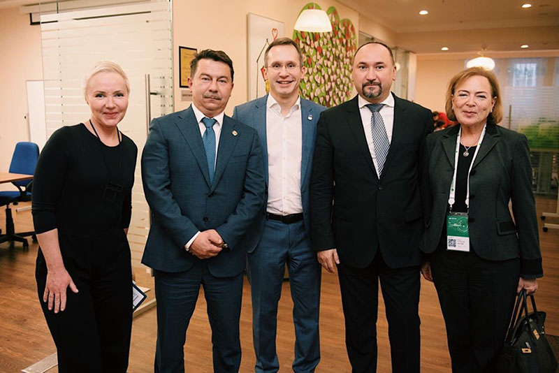 В бесплатной семейной гостинице «Дом Роналда Макдоналда» прошла встреча маленьких пациентов ДРКБ и их родителей с генеральным директором «Макдоналдс» в России  Марком Кареном.