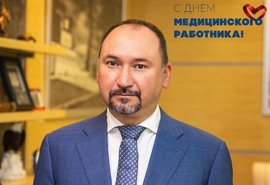 Поздравление с Днем медицинского работника главного врача Детской республиканской клинической больницы Айрата Зиатдинова