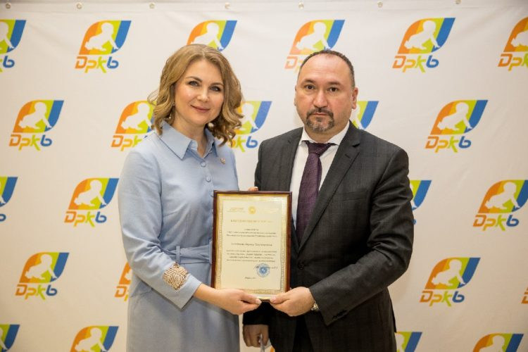Вручение сотрудникам благодарственных писем от лица Аппарата уполномоченного по правам ребёнка Республики Татарстан