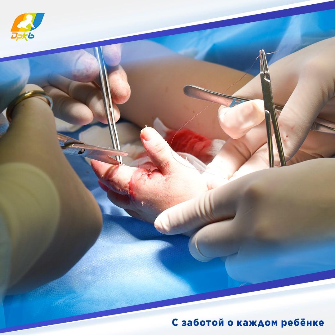 В нашу клинику поступил пациент с тяжёлыми элетроожогами обеих кистей. Травму ребёнок получил дома, когда схватился за оголённые провода