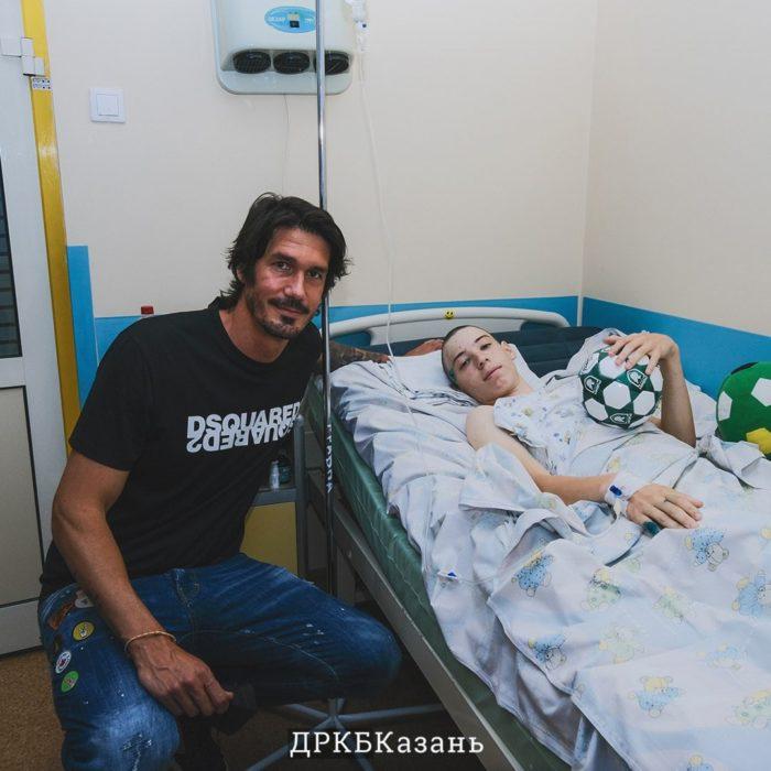 Легенда ФК «Рубин» навестил ученика 175 школы в ДРКБ